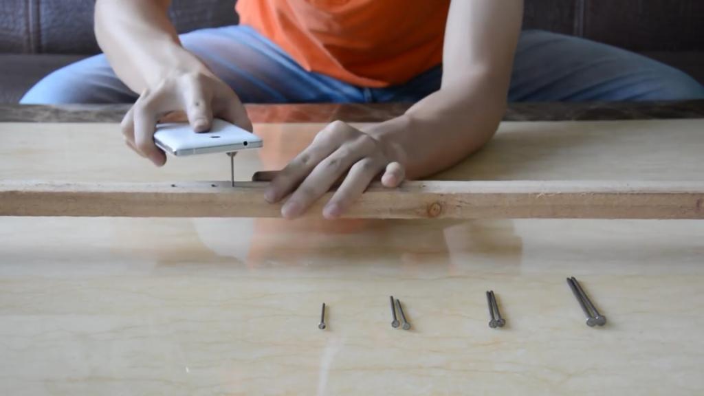 Oukitel K4000 hammers nails
