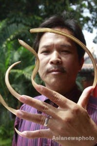 Chinese man grows 20cm long finger nails