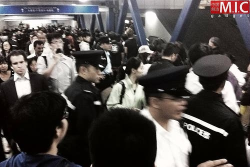 police evacuate people from hong kong apple store as violence breaks out