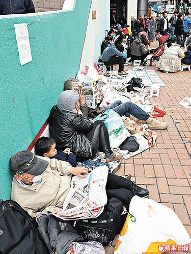 scalpers in hongkong wait for the new iPad to smuggle in to china